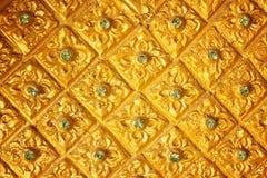 De gouden Thaise muur van de kunstgipspleister Stock Afbeeldingen