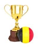 De gouden trofeekop en bal van de voetbalvoetbal met de vlag van België Stock Fotografie