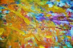 De gouden verf vertroebelde plonsen, kleurrijke levendige wasachtige kleuren, contrasten creatieve achtergrond royalty-vrije stock fotografie