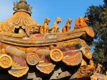 De gouden verglaasde tegel op oude de gebouwenroofi van China Royalty-vrije Stock Foto