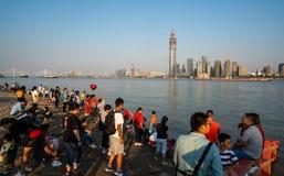 De Gouden week van China - Chinese toeristen die Yangtze-rivier van bank genieten royalty-vrije stock foto's