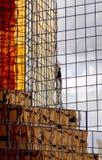 De gouden Weerspiegelde Toren van het Bureau Stock Afbeeldingen