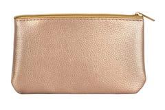 De gouden zak van de luxe kosmetische die reis, schoonheidsproducten op witte achtergrond, het knippen inbegrepen wegen worden ge royalty-vrije stock foto