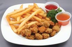 De goudklompjes en de gebraden gerechten van de kip Stock Fotografie