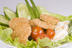 De goudklompjes van de kip met groenten Royalty-vrije Stock Fotografie