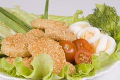 De goudklompjes van de kip met groenten Stock Foto's