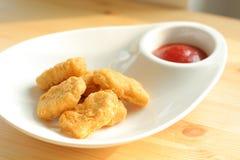 De goudklompjes van de kip met ketchup Royalty-vrije Stock Afbeeldingen