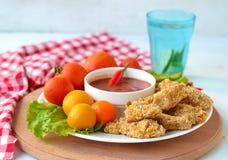 De goudklompjes van de kip met tomatensaus Stock Fotografie