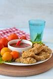 De goudklompjes van de kip met tomatensaus Stock Foto