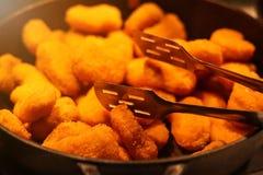 De goudklompjes van de kippenborst op een pan royalty-vrije stock afbeeldingen