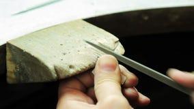 De goudsmid creeert een leeg zilveren stuk van juwelen stock footage