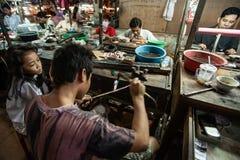 De goudsmid smelt het goud met het lichtere lassen van de kanonbrand om kostbare toebehoren te creëren Koh Kong Market Koh Kong P royalty-vrije stock foto