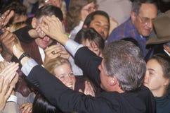 De gouverneur Bill Clinton begroet de menigte bij een de campagneverzameling van Denver in 1992 op zijn laatste dag het een campa Royalty-vrije Stock Fotografie