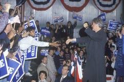 De gouverneur Bill Clinton werkt de menigte bij een de campagneverzameling van Detroit in 1992 op zijn laatste dag het een campag Stock Afbeelding