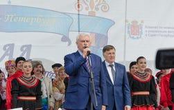 De gouverneur G van Heilige Petersburg S Poltavchenko heet de deelnemers van de Nationaliteitenbal welkom Royalty-vrije Stock Fotografie
