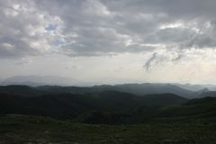 De gröna bergen av Ossetia fotografering för bildbyråer