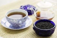 De GraafGrey thee in blauw oud glas kan Stock Foto's