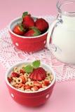 De graangewassen van de honing met aardbeien en melk Stock Foto