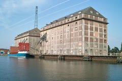 De graanschuur en de kranen van het schip in haven. Stock Foto
