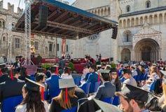 De graduatieceremonie in het belangrijkste vierkant van de stad van Trento De stad is beroemd voor de prestigieuze universiteiten royalty-vrije stock fotografie