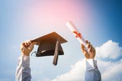 De graduatiedag, Beelden van gediplomeerden viert graduatie p stock fotografie