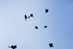 De graduatiehoeden van de middelbare school Stock Afbeeldingen