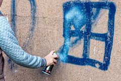 De graffiti wordt bespoten op de muur Stock Foto's