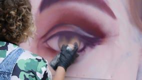 De graffitiportret van de vrouwentekening stock videobeelden