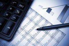 De grafiek, de pen en de calculator van de voorraad. Stock Fotografie