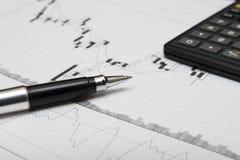 De grafiek, de pen en de calculator van kandelaars Stock Afbeeldingen