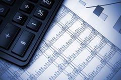 De grafiek en de calculator van de voorraad. Stock Fotografie