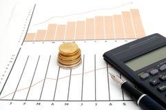 De grafiek, het muntstuk, de pen en cal van de voorraad Royalty-vrije Stock Foto