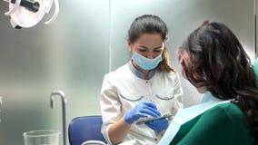 De grafiek van de de tandenkleur van de tandartsholding stock video
