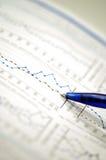 De grafiek van de voorraad en financieel rapport Stock Afbeeldingen