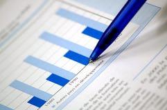 De grafiek van de voorraad en financieel rapport stock fotografie