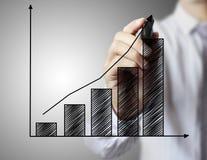 De grafiek van de zakenmantekening het groeien grafiek Royalty-vrije Stock Afbeelding