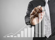 De grafiek van de zakenmantekening het groeien grafiek Royalty-vrije Stock Foto's