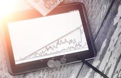De grafiek van de inkomensgroei Elektronische tablet met een grafiek van gr. Stock Afbeeldingen