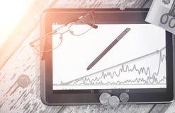De grafiek van de inkomensgroei Elektronische tablet met een grafiek van gr. Royalty-vrije Stock Afbeeldingen