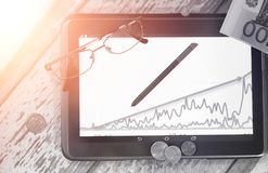 De grafiek van de inkomensgroei Elektronische tablet met een grafiek van gr. Stock Foto's
