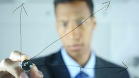 De grafiek van de tekeningsgroei op transparant glas in bureau stock video