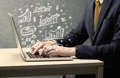 De grafieken van de bedrijfsmensentekening met laptop Stock Foto's
