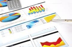 De grafieken van de calculator, van de pen en van de voorraad, concept Stock Foto