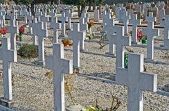 De grafstenen van graven en kruisbeelden van een begraafplaats Stock Afbeelding