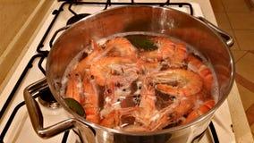De grandes crevettes de tigre sont faites cuire dans une casserole Photo stock