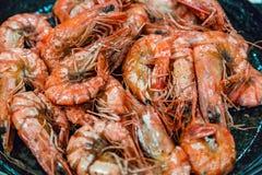 De grandes crevettes de tigre sont faites frire dans une poêle Image libre de droits