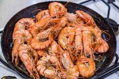 De grandes crevettes de tigre sont faites frire dans une poêle Photo stock