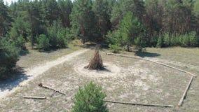 De grands rondins pliés pour le feu dans la forêt le feu est préparés pour le feu Grand feu clips vidéos