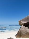 De granietachtige rotsen van Seychellen van vulkanische oorsprong Stock Afbeeldingen