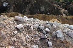 de granietstenen, zand en aarde, groeven tijdens de extractie van turfvoorbereiding ter plaatse voor aanleggen van de weg Royalty-vrije Stock Afbeelding